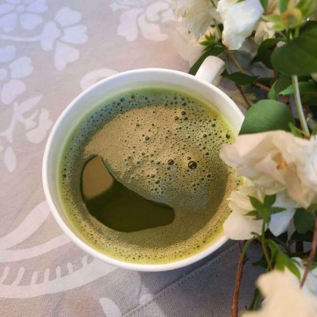 Matcha Tee und Blumen
